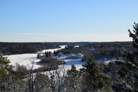 Den här vackra vyn över sjön Orlången, möts du av när du tar stigen upp till fornborgen.