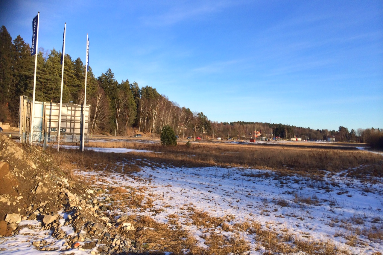 Glömstavägen och avfarten upp mot Flottsbro. (Foto februari 2016.)